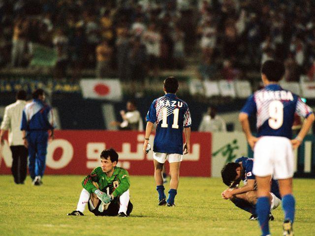 カタール・ドーハで行われた1994年アメリカワールドカップ・アジア地区最終予選、日本対イラク戦。日本はロスタイムに同点ゴールを許しW杯の出場を逃した。後にドーハの悲劇と呼ばれた。1993年20月28日の画像 | Timeslip [タイムスリップ]