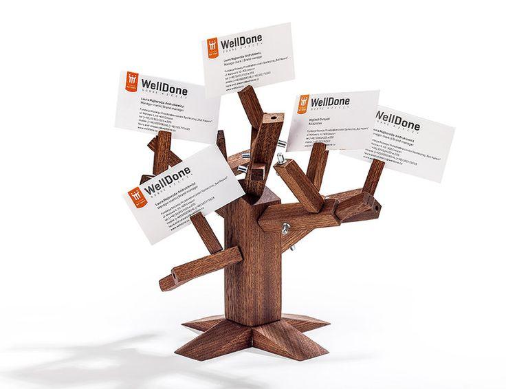 Drzewko Puzzle 3D  WellDone® - rójwymiarowe drewniane puzzle, wzorowane na kształcie drzewa. Na najmniejszych gałązkach przewidziane są miejsca do zawieszania karteczek z notatkami, wizytówek, zdjęć lub innych drobnych przedmiotów. Zabawna i praktyczna ozdoba domu lub biura. Do zbudowania drzewka można użyć dowolnej liczby elementów. Projekt: Urszula Mas
