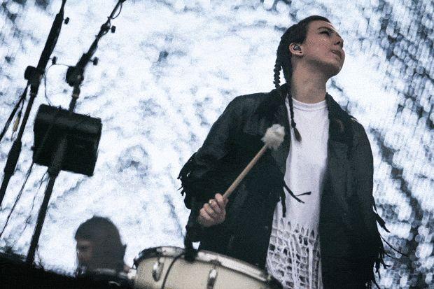 Nanna Bryndís Hilmarsdóttir, da banda islandesa Of Monsters and Men, toca instrumento de percussão durante show no palco Onix (Foto: Fábio Tito/G1)