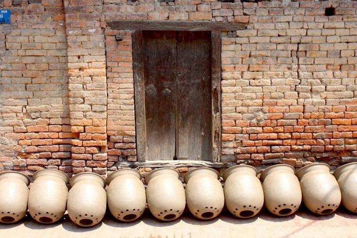[Madhyapur Thimi in 10 scatti] Thimi è una cittadina newari vicino a Bhaktapur, in Nepal, specializzata nella produzione di vasi di ceramica. Il lavoro è diviso in quartieri: c'è chi lavora la creta, chi dà forma ai vasi, chi li decora, chi li cuoce costruendo un grande forno in mezzo alla piazza. È quieta e incantevole. Sembra di fare un viaggio nel tempo.