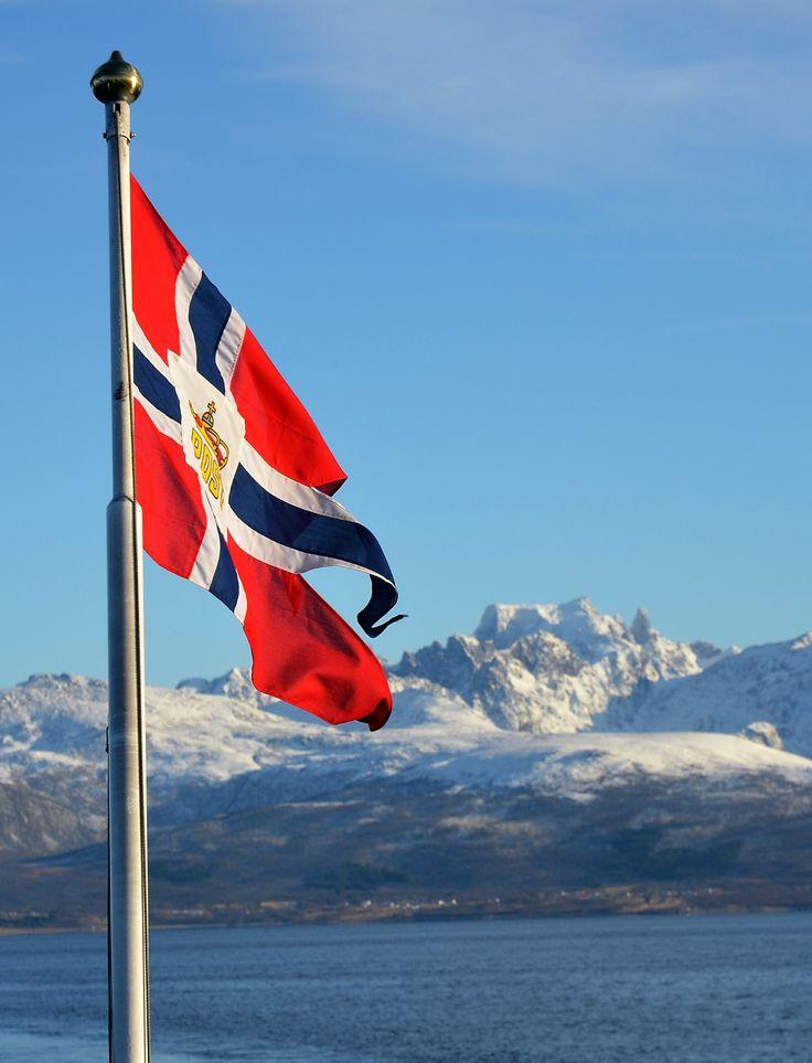 Utsikt fra flaggdekket om bord MS Lofoten, i det fjerne ser vi fjellet Møysalen i Vesterålen. foto: TGJ