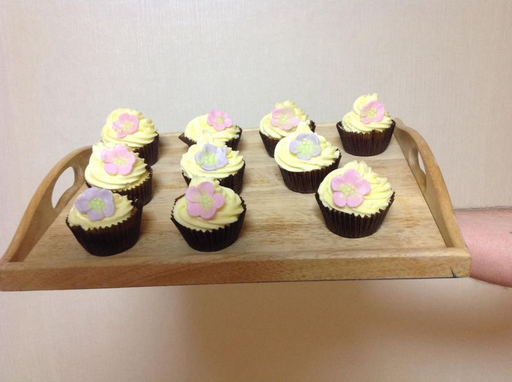 Cupcakes with lemon buttercream frosting