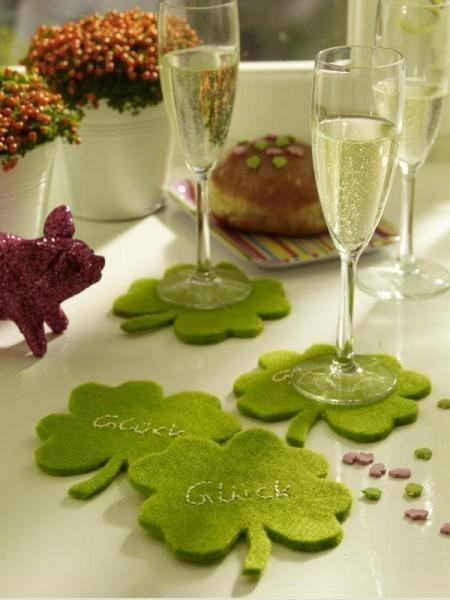 <p/><p><h2>Partydeko für Silvester</h2></p><p>Grüne <b>Partydeko</b>: Besonders süß sind selbstgebastelte Kleeblätter aus Filz. Machen sich wunderbar als Untersetzer für <b>Sektgläser</b>. So können Silvester und das neue Jahr kommen.</p>