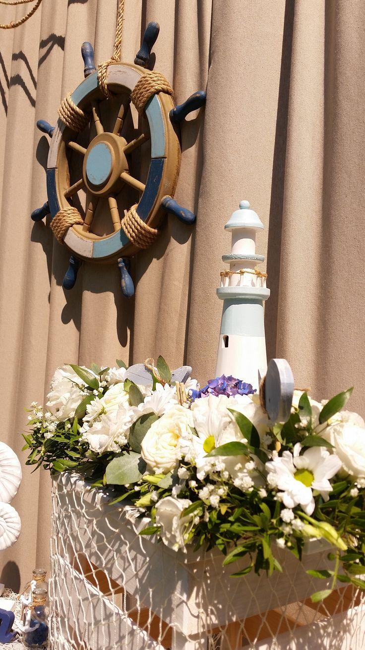 A navy lehet kiegészítő szín is, nem kell az egész esküvői dekorációban uralkodnia.