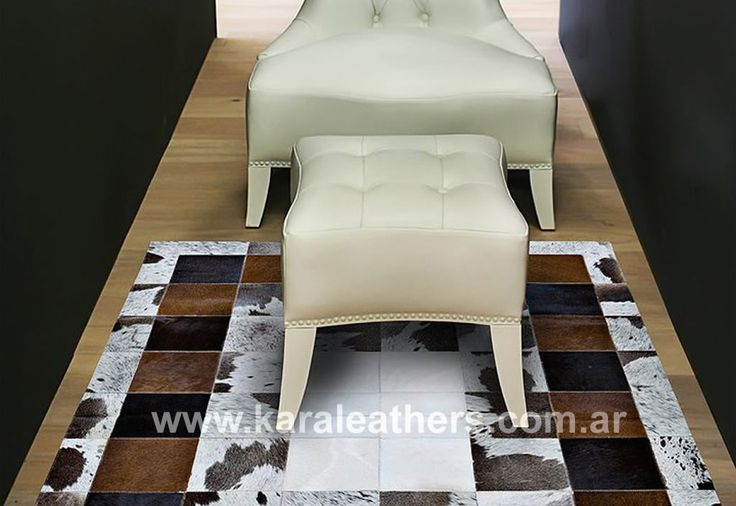 Alfombra de cuero de vaca con pelo, en patches blancos y marrones, con borde y forro. Cowhide patchwork rug , brown white and borders, witl lining.
