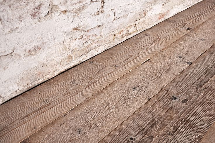Interior design recupero il parquet di recupero a tre strati con essenza di vecchio abete prima patina è realizzato in tavole bisellate di varie dimensioni con il classico sistema ad incastro. la finitura è realizzata SESTINI E CORTI