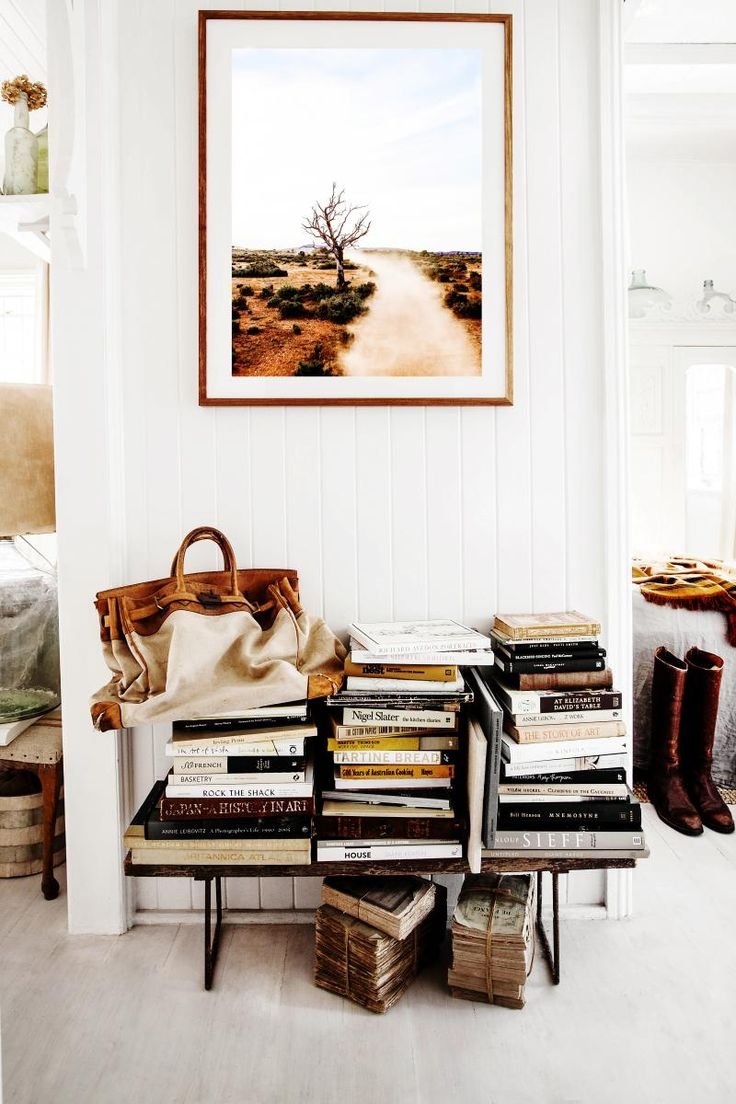 Over samlingen av kunstbøker og gamle bøker med en vintage Hermès bag, henger et foto tatt av Kara selv. Hun selger dem på shop.kararosenlund.com. Det er på kjøkkenet paret tilbringer mest tid. Hver kveld møtes de der for å lage mat sammen. Rommet er åpent og behagelig med en avslappende atmosfære. Dekorasjonen består av mye kjøkkenutstyr, som krukker med tresleiver og stabler med tallerkener.