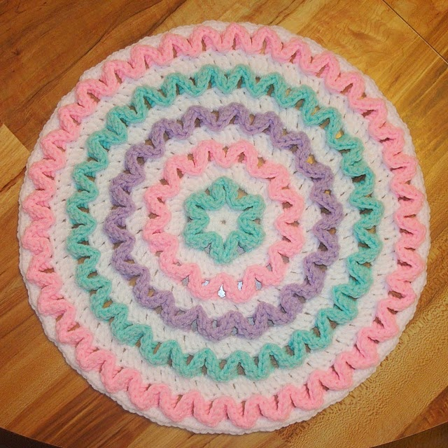 Round Wiggly Pillow  -Maybe also make a matching blanket