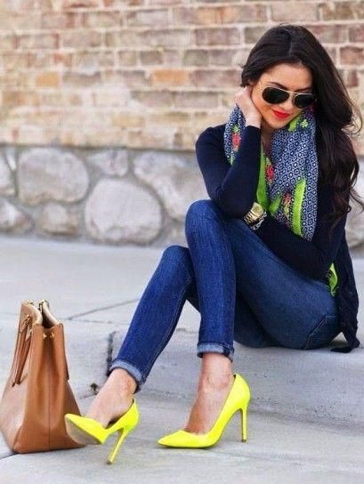 Jeans e cardigan blu con pumps gialle e foulard colorato