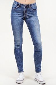 Vintage Skinny från svenska Neuw är ett par normalhöga, smala jeans med skön stretch. Den kurvade linningen ger en extra fin passform. Här i en fin, ljus tvätt. De perfekta sommarjeansen!