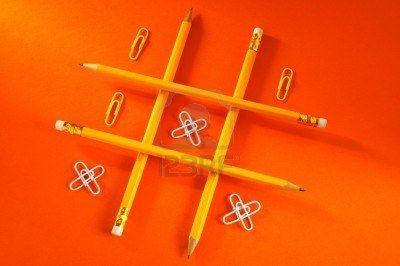 juego de lógica (lápiz y papel en un clip de color rojo oscuro fondo)  Foto de archivo - 3325403