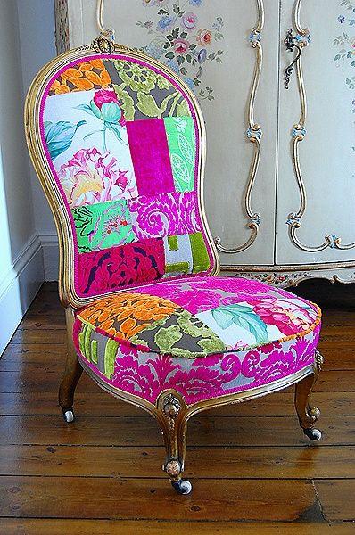 Una explosión de color en el tapizado de un sillón de lineas clásicas.-