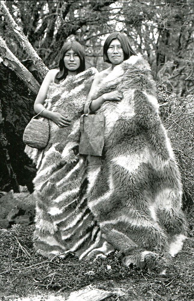 "1915. ""Fueguinos. Fotografías Siglos XIX y XX. Imágenes e Imaginarios del Fin del Mundo.""Margarita Alvarado, Carolina Odone, Pedro Mege. Editorial Pehuén. S/F. The people of Patagonia wore quillangos, large fur blankets with the fur on the inside for warmth. They are held in place and belted when riding horseback."