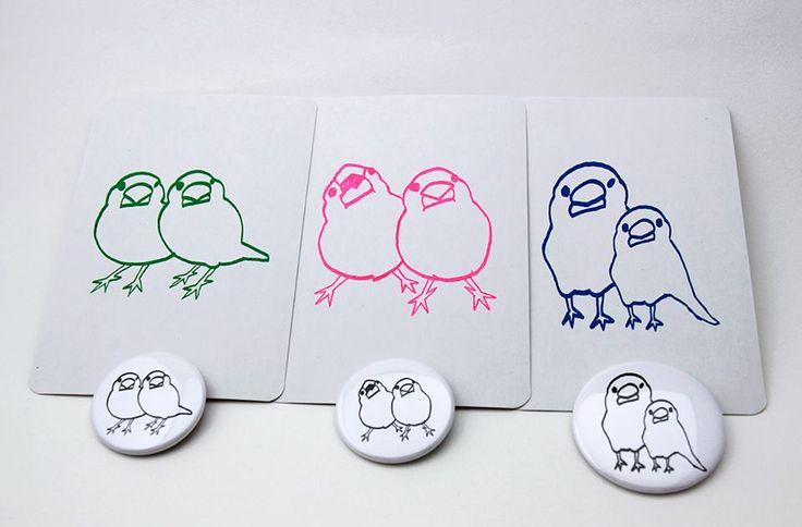 【文鳥グッズ販売のお知らせ】 小鳥たちを眺めながらお茶ができる「ことりカフェ」で文鳥グッズを販売しています。 「よりそう白文鳥バッジ」と「三色文鳥ポストカード」、 どうぞよろしくお願いします。