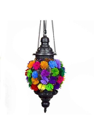 Colgante de techo de interior estilo rústico y moderno gracias a sus pompones de colores verde, rosa, azul, morado, amarillo, naranja y rojo. Fabricada en metal calado color negro mate envejecido. Un casquillo E 27 apto para Led (bombilla no incluida).  Conseguirás un efecto de luz decorativo y sorprendente. Colócala en el salón o comedor para crear una atmósfera íntima y acogedora. Envío gratis en 24h.