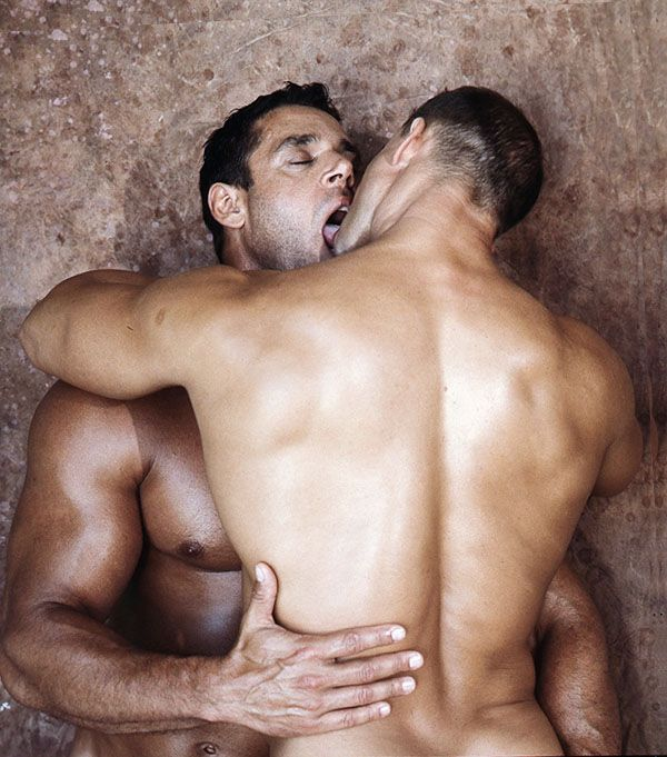 Naked muscle kissing — photo 7