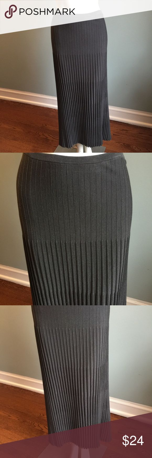 """Nic + Zoe Gray Knit Skirt In good condition, this pleated knit skirt is lined and has elasticized waistband. Shell 100 % silk so has a great feel. Length 37."""" Waist 32"""" but with lots of give because of the elastic band. Hand wash cold. NIC + ZOE Skirts Midi"""