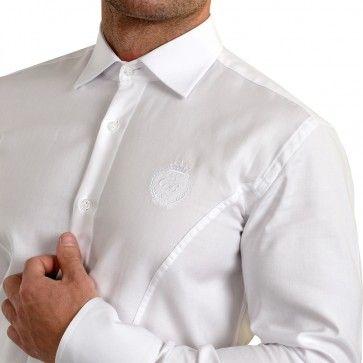 Cămașa albă este clasică, și va fi mereu modernă, dar în același timp plină de farmec pentru orice ocazie formală sau informală. E o cămașă ajustată pe corp, ideală pentru un look îndrăzneț si fashion forward. Este extrem de versatilă, putând fi purtată la absolut orice și în absolut în orice combinație, atât ziua, cât și seara, de la blugi până la smokingul ceremonial.