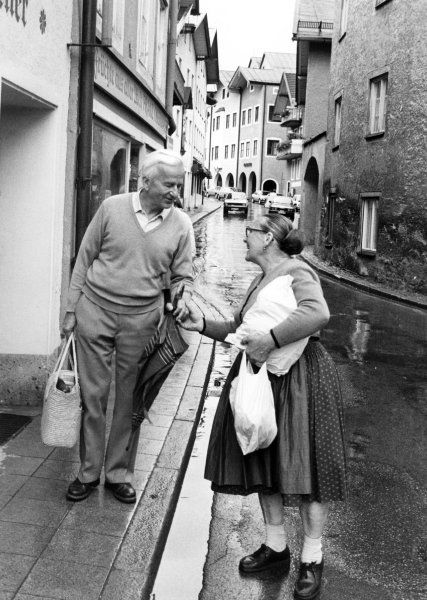 Beliebt: Bei den Deutschen war der Präsident sehr beliebt. Weizsäcker hier 1984 während eines Urlaubs in Bad Tölz im Gespräch mit einer Passantin. http://www.spiegel.de/fotostrecke/richard-von-weizsaecker-im-alter-von-94-jahren-gestorben-fotostrecke-123392-6.html