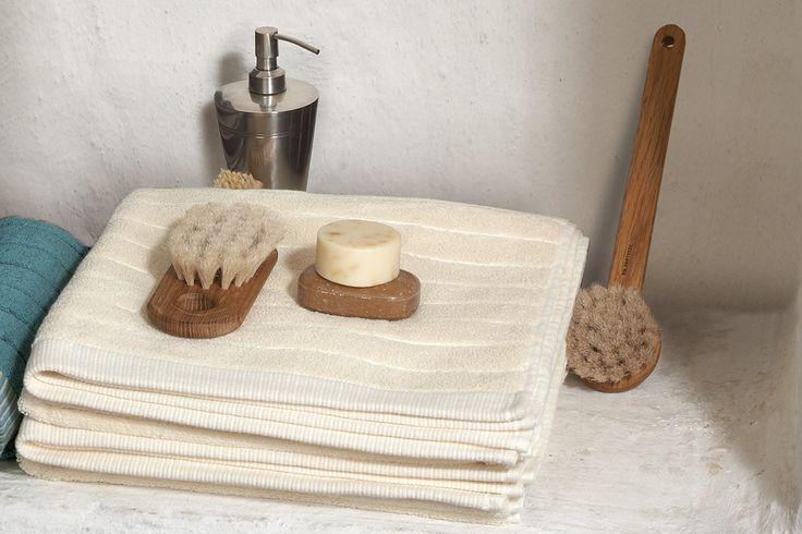 """Die erstklassige, hochwertig verarbeitete Bio-Baumwolle/kbA ist anschmiegsam und pflegeleicht! Ob nach der Dusche oder einem erholsamen Bad – dieses Duschtuch verwöhnt Eure Haut. """"Estrado"""" in Doubleface-Optik in schönen Naturtönen harmonisiert perfekt mit jedem Bad-Ambiente."""