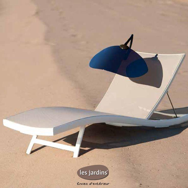 Visière de protection solaire SHADELINE sur bain de soleil DUNA BATYLINE® tel un pétale fixé par sa pince universelle. Se pose sur n'importe quels bains de soleil ou fauteuils