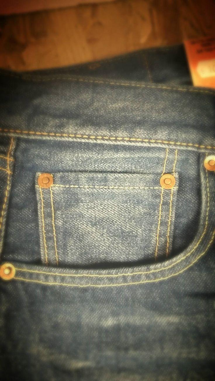 Το ερώτημα της ημέρας αφορά την μικρή αυτή τσέπη που βρίσκεται σχεδόν μέσα στην δεξιά μπροστινή τσέπη . Ποια μπορεί λοιπόν αν είναι η χρησιμότητά της ? - Είναι λοιπόν σχεδιασμένη τον 19ο αιώνα και δημιουργήθηκε για να καλύπτει τις ανάγκες της εποχής . Τότε οι άντρες συνήθιζαν να κυκλοφορούν με τα ρολόγια τσέπης τους και έτσι η Levi's δημιούργησε την χρηστική αυτή τσέπη . Πλέον χρησιμοποιείται για την μεταφορά κερμάτων , σπίρτων , εισιτηρίων κ.α ...