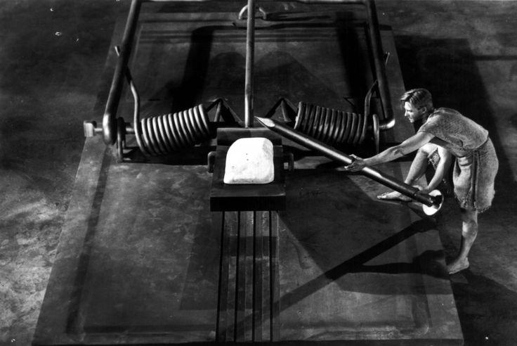 «Невероятно худеющий человек». Экранизация романа Ричарда Мэтисона.    Скотт Кэри (Грант Уильямс) попадает в загадочный радиоактивный туман, и вскоре начинает уменьшаться буквально на глазах. Повседневные домашние ситуации оборачиваются для него совершенно неразрешимыми и даже опасными для жизни задачами.