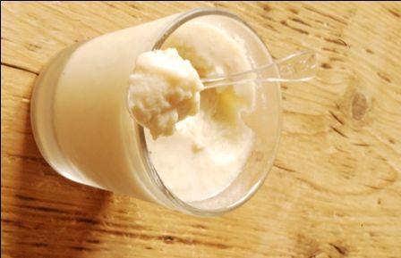Crème dessert au coco : 240 ml de lait de coco 300 g de tofu soyeux 50 g de sucre glace* 1 c. à soupe de fécule de maïs 3/4 de c. à café d'agar-agar 40 g de coco râpée ou en copeaux
