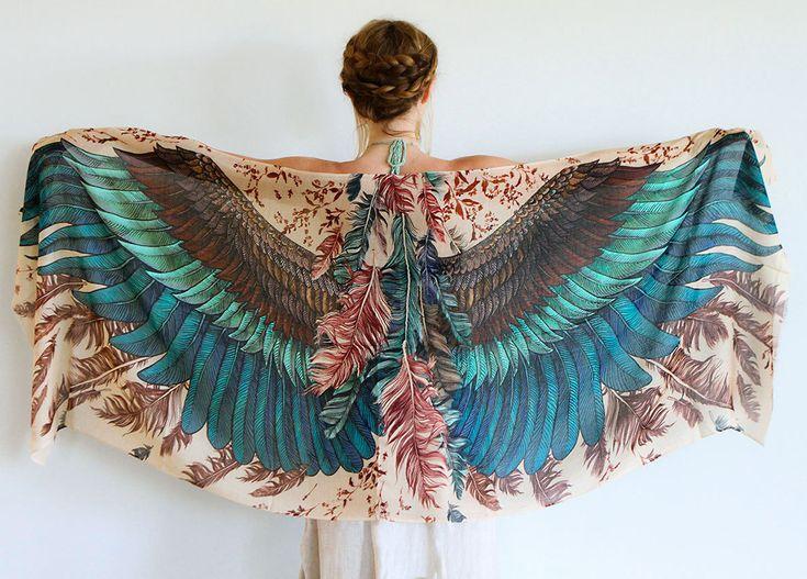 Exotic Bird silketørklædet er fint og helt utroligt blødt. Stoffet er vævet af silke og bomuld og føles som kraftig og lidt ulden silke. Silketørklædet er utrolig lækker at røre ved og føles skønt og lunt mod huden. Tørklædet måler 198x68 cm  og kan bruges om skuldrene, om halsen eller som slå-om-nederdel.