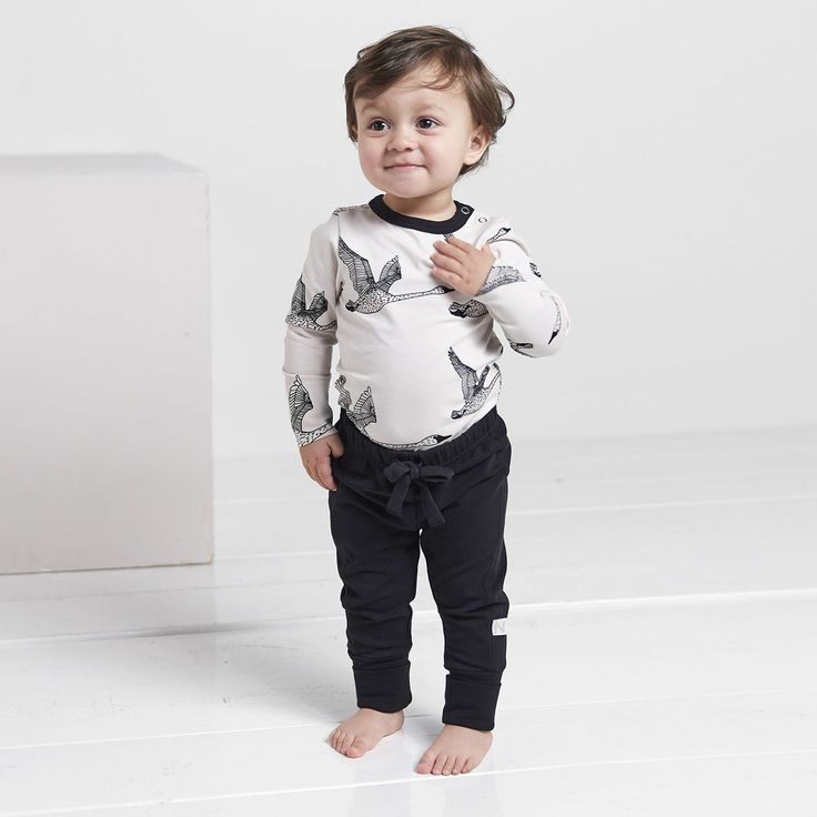 ROCK baby collegehousut, musta | NOSH verkkokauppa | Tutustu nyt lasten syksyn 2017 mallistoon ja sen uuteen PUPU vaatteisiin. Ihastu myös tuttuihin printteihin uusissa lämpimissä sävyissä. Tilaa omat tuotteesi NOSH vaatekutsuilla, edustajalta tai verkosta >> nosh.fi (This collection is available only in Finland)