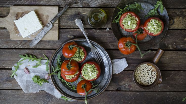 Ci vogliono pochissimi minuti per realizzare i pomodori ripieni di cous cous al pesto di rucola e feta,una ricetta estiva e originale che può diventare, a seconda delle esigenze, un fresco primo piatto, un antipasto, o perché no, un piatto unico leggero e sano. La feta può essere sostituita con un altro formaggio, del primo sale per esempio o della mozzarella. Potete preparare i pomodori ripieni di cous cous con anticipo e porli in frigorifero fino al momento di servire.