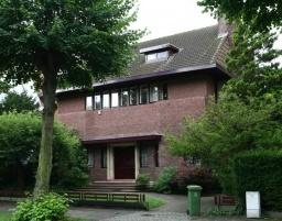 Nr. 28. Landhuis n.o.v. J. Ritzen, van ca. 1925. Behouden plattegrond, inspringende bovenverd. en schilddak. De oorspronkelijke karakteristieke vormgeving van vensters en deur werd teniet gedaan. Originele tuinafsluiting (282).