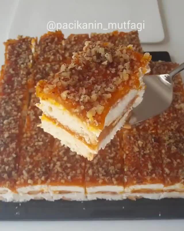 Kedidili Bisküvi ile Balkabağı Pastası Tarifi için Malzemeler 2 paket kedidili bisküvi 2 su bardağı kadar balkabağı tatlısı püresi Bisküvileri ıslatmak için; Süt Kreması için; 1 kutu sıvı krema (200 ml) 1 kutu labne (200 ml) 2 poşet krem şanti (150 gr) Üzeri için; Çekilmiş ceviz Kedidili Bisküvi ile Balkabağı Pastası Yapılışı Balkabağı tatlısından 2 su bardağı kadar ayırıp blender ile püre haline getirin. Kreması için gereken malzemeleri bir kap içine alıp kıvam alana kadar mikserle çırpın…