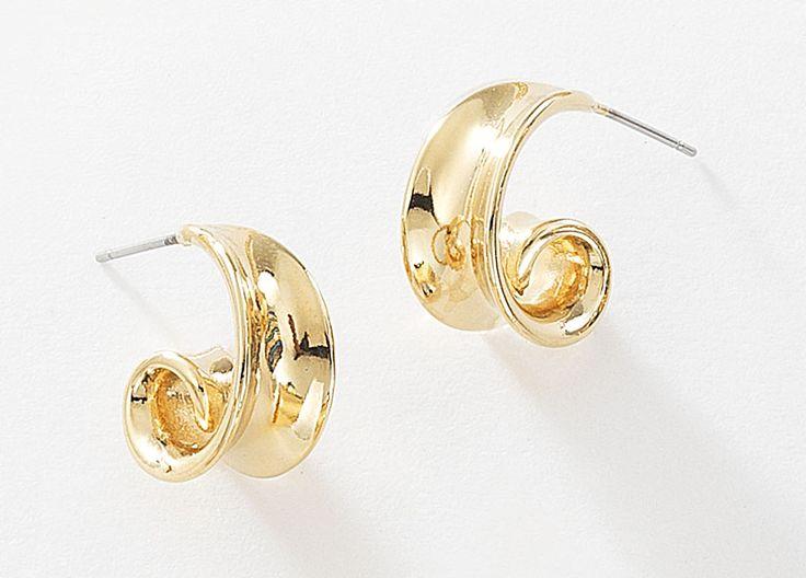Luce radiante con éste par de aretes de forma cóncava elaborados en 4 baños de oro de 18 kt y sujeción de poste. Modelo 415524L.