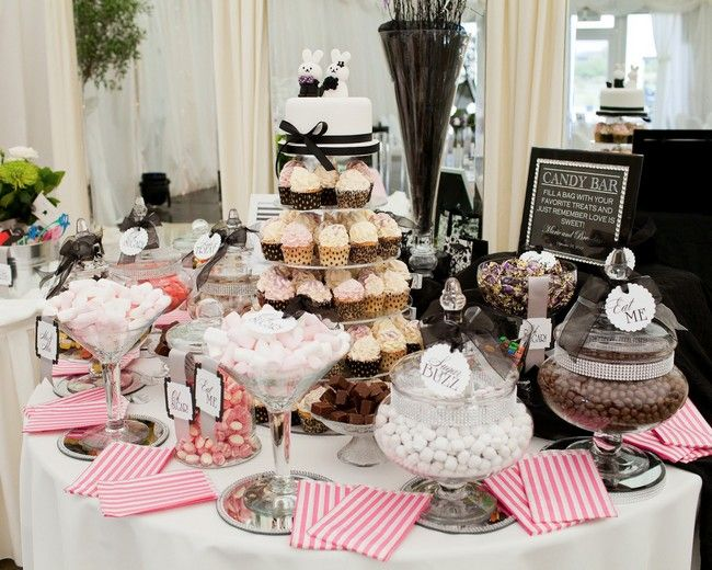 Real wedding by Michelle Prunty Photography - Candy table at wedding - Black and pink wedding candy buffet and cupcake wedding cake