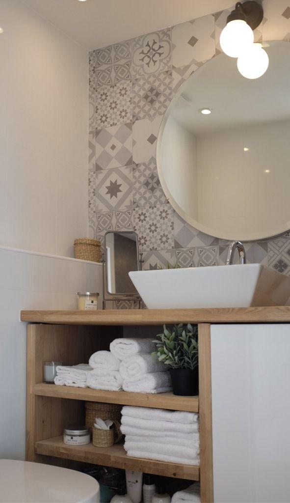 Дерево и кафель со скандинавским орнаментам добавляет ванне тепла и уюта.  (индустриальный,лофт,винтаж,стиль лофт,индустриальный стиль,современный,архитектура,дизайн,экстерьер,интерьер,дизайн интерьера,мебель,квартиры,апартаменты,маленький дом,ванна,санузел,душ,туалет,дизайн ванной,интерьер ванной,сантехника,кафель) .