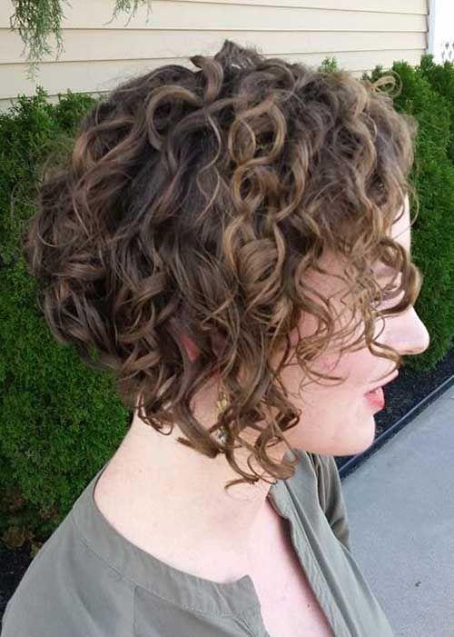 Corte de pelo rizado en v invertida