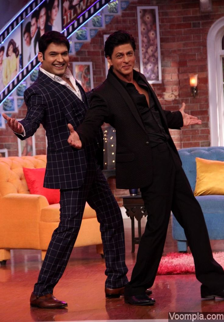 SRK does his trademark romantic pose with Kapil Sharma on Comedy Nights. via Voompla.com