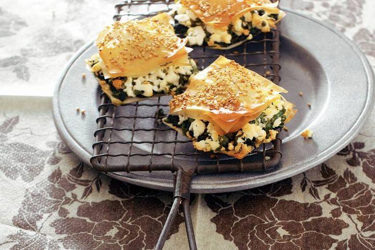Turkse filodeeghapjes met witte kaas, spinazie, koriander en sesamzaad - Recept - Allerhande
