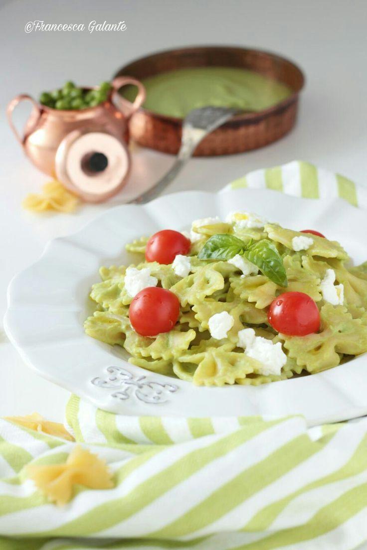 Pasta con crema di piselli, ricotta e pomodorini