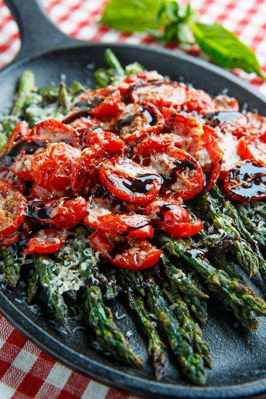 Balsamic Parmesan Roasted Asparagus and Tomatoes - pequeña porció con pan negro perfecto para el desayuno