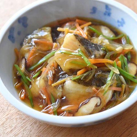 いいね!586件、コメント2件 ― 冨田ただすけさん(@tomita_tadasuke)のInstagramアカウント: 「タラの野菜あんかけ。野菜は絹さや、玉ねぎ、人参、椎茸。あんにはおろし生姜を加えてほんのり生姜風味に。白ごはん.comにアップしました〜…」