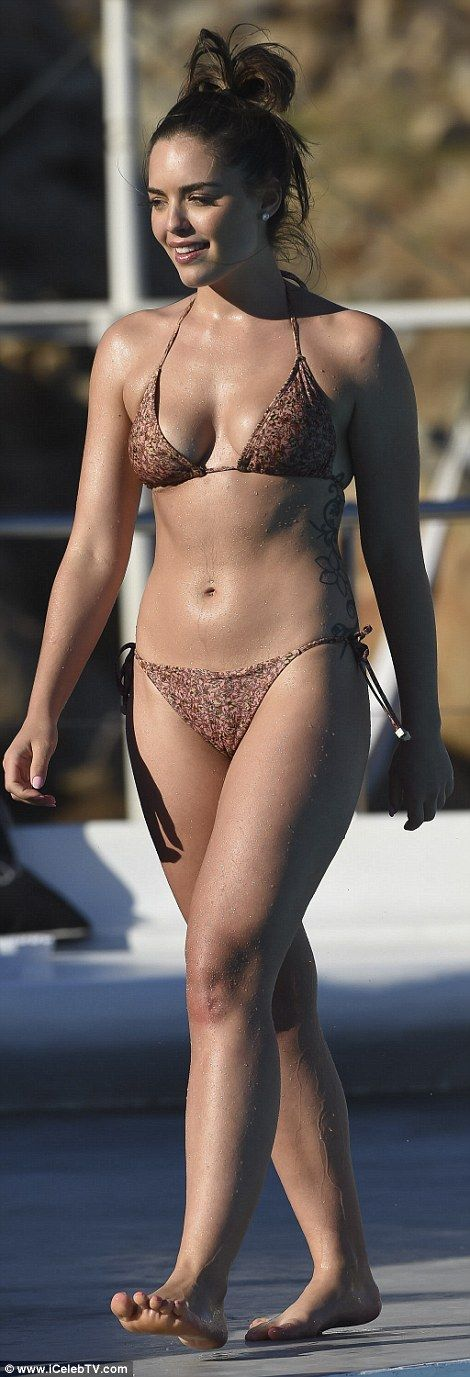 Neighbours babe Olympia Valance flashes her peachy posterior