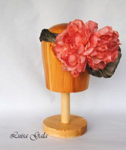 tiara-de-sinamay-de-seda-gris-con-peonia-coral-luisa-gala