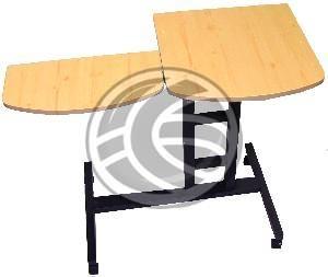 Mesa con ruedas para ordenador portátil. Modelo con una estructura de aluminio y 4 ruedas. Dispone de 2 superficies anti-deslizantes de MDF con textura de madera de pino blanco. Una superficie está pensada para el ordenador portátil y la otra superficie auxiliar para el ratón y accesorios. La mesa se puede desplazar cómodamente y la altura es configurable.