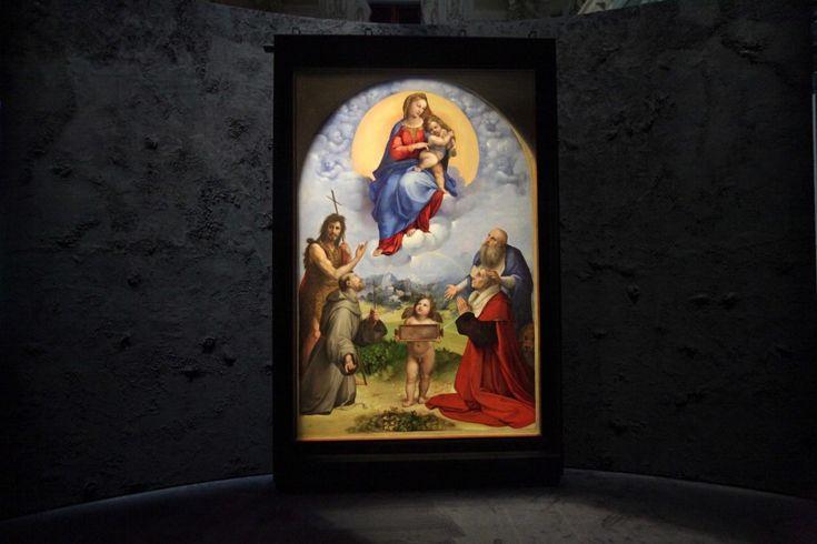 La 'Madonna di Foligno' di Raffaello è arrivata a Milano. Terminate le fasi di allestimento, è possibile visitare questo capolavoro da giovedì 28 novembre fino al 12 gennaio 2014. Merito della collaborazione tra Comune ed Eni, che per per il sesto anno proseguono la tradizione d