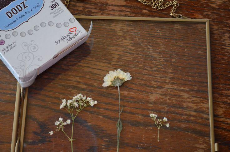 Vandaag een makkelijke DIY, een mooie fotolijst, die je kunt ophangen. Daarin heb ik wat gedroogde bloemen gedaan. Simpel, maar het kost enige weken om het te maken. Klinkt het lang? Wel nee joh, je hoeft eigenlijk niet om te kijken naar het bloemen drogen!