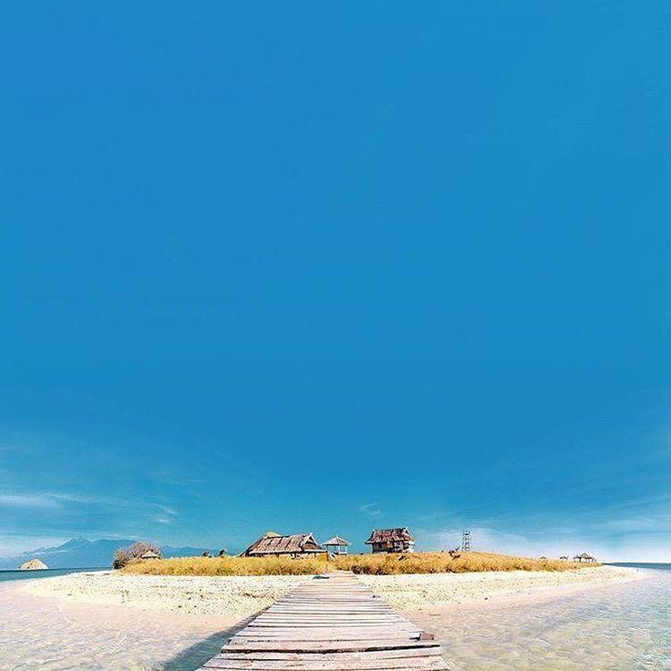 The amazing colors of West Sumbawa's Kenawa island, as captured and presented to you by @yofangga www.tukangjalan.com #TukangJalan #PesonaIndonesia #WonderfullIndonesia #ExploreNusantara #JalanJalanMen #Instacool #Instamood #Vsco #AyoDolan #InstaDaily #Liburan #Traveling #Travel #Indonesia #Tour #Tukang_Jalan #TravelingGram #kenawa #sumbawa