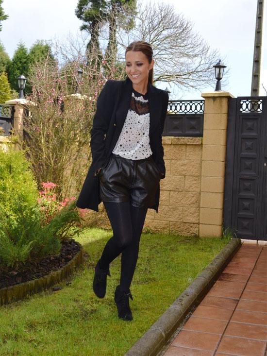 La actriz Paula Echevarría con un look en blanco y negro. Si quieres los detalles, entra en su blog http://paula-echevarria.blogs.elle.es/2012/04/25/estrellas-en-blanco-y-negro/