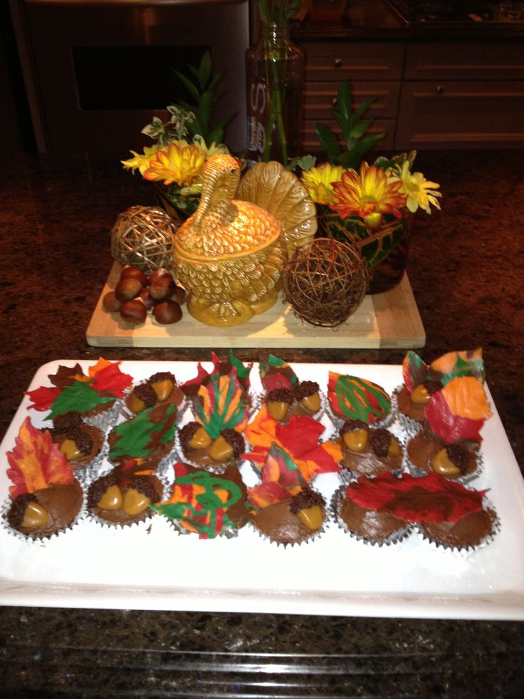Fall leaves and acorns cupcakes